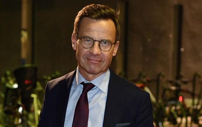 Ulf Kristersson är inte nöjd med Sveriges regerings svar om hur vaccinationerna ska gå till.