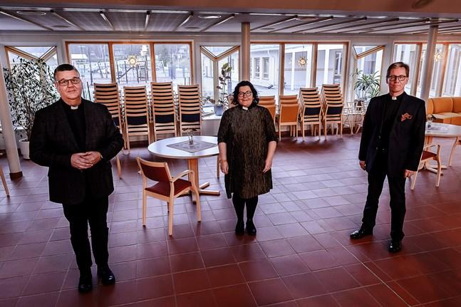Tomas Portin, Lotta Endtbacka och Jockum Krokfors vägrar ställa in julen, men den högtid som brukar dra fullt hus arrangeras annorlunda i år.