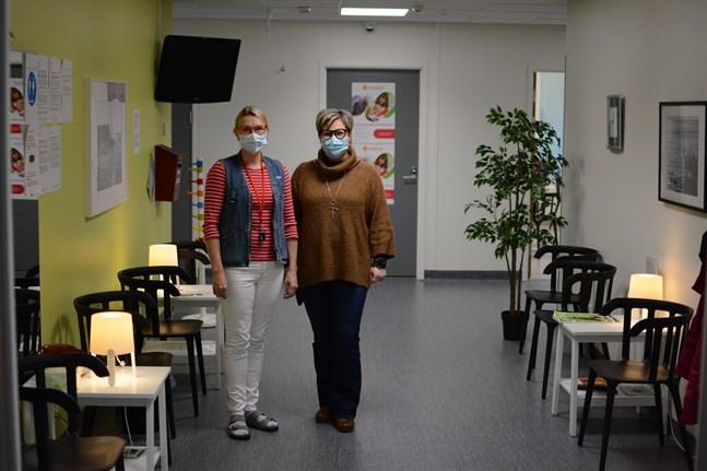 Ansvarig sjukskötare Ulla Hellsten och grundtrygghetsdirektör Kita Westerlund.