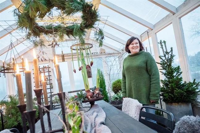 Carola Snellman säger att växthuset mest används på sommaren, men i år ska hon njuta av den doftande vinteroasen.