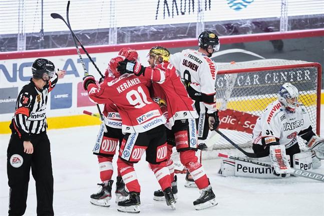 Valtteri Viljanen satte segermålet i powerplay i tredje perioden. Janne Keränen och Sebastian Stålberg var först framme för att gratulera.