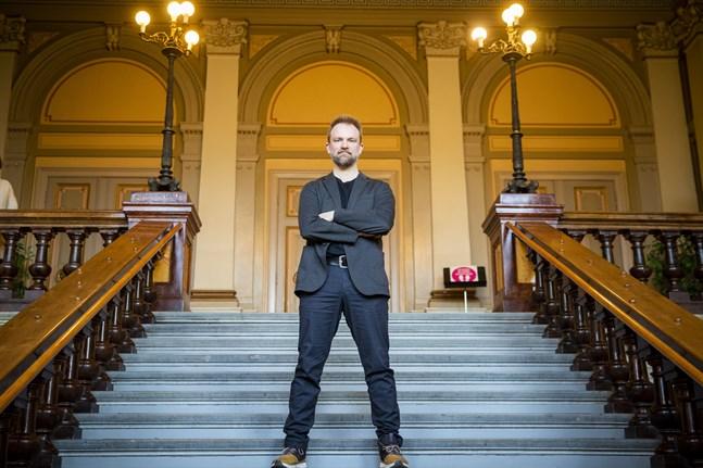 Vasa stadsorkesters nya dirigent Tomas Djupsjöbacka kommer att gå i stadshusets trappor många gånger under de närmaste åren.