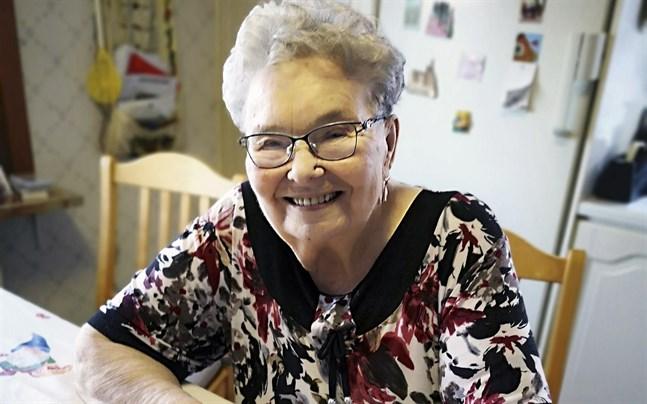 Märta Sundsten bor i Monäs och sägs fungera som byns uppslagsverk. Hon är tacksam över att kunna vara aktiv ännu och ha minnet i behåll.