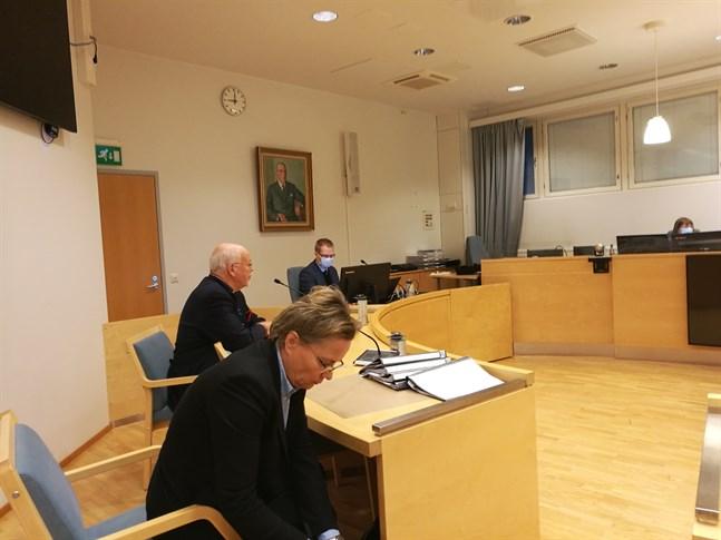 Under den andra rättegångsdagen hördes försvarets vittnen och både åklagare och försvarare höll sina slutpläderingar.