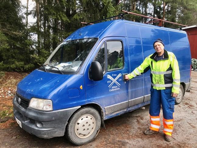 Håkan Cederström ses ofta susa förbi i sin blåa firmabil i Jeppo.