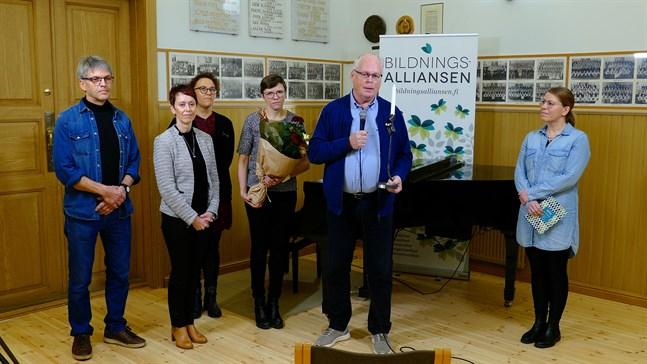 Från vänster: Martin Näse, Camilla Wiik, Petra Skantsi, Jenny Pulkkinen, Tom Hansen, Marie Granbacka (Bildningsalliansen).