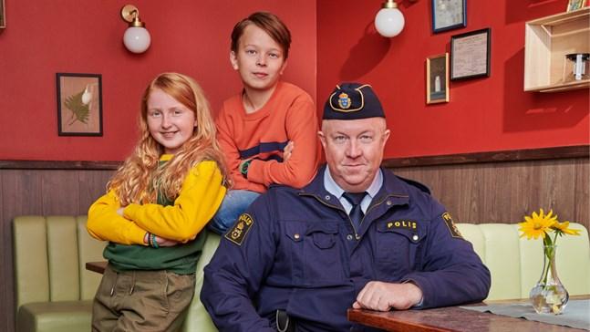 """Ellen Sarri Littorin (Maja), Elis Nyström (Lasse) och Anders Jansson (polismästaren) spelar huvudrollerna i """"LasseMajas detektivbyrå""""."""