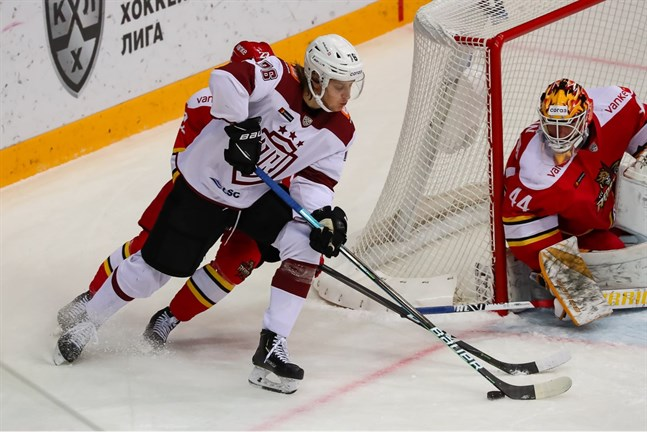 Tony Sund inledde säsongen i KHL med Dinamo Riga och flyttade över till HC Davos i schweiziska ligan mot slutet av säsongen.