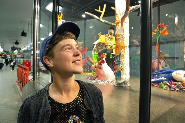 Som bildkonstnär kallar sig Alex Backlund från Jakobstad för Alex Rosa. Den här hösten får Alex Rosa visa en installation i glaspaviljongen på tunnelbanans perrong vid Odenplan i Stockholm.
