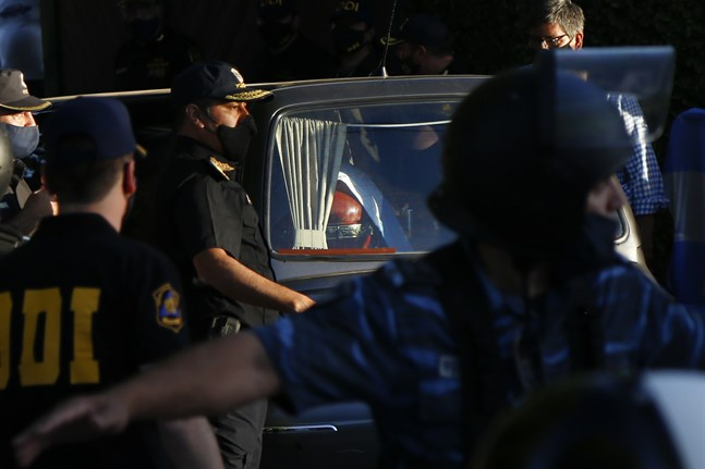 Maradonas kista anländer till kyrkogården i utkanten av Buenos Aires, där han begravdes på torsdagskvällen.