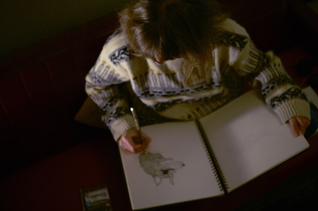 Bildkonstnären Rebecka Nylund arbetar för närvarande hemma vid köksbordet. Det funkar bra, men hon hoppas också på att en dag kunna dela en ateljé med andra konstnärer.