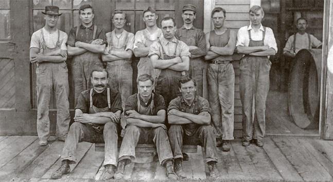 Närpesbor bland arbetare på Norton Company i Worcester, Massachusetts i början av 1900-talet.