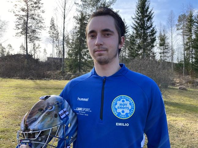 Det har varit utmanande att vara innebandyspelare i Danmark denna säsong. Det kan målvakten Emilio Lassfolk berätta.