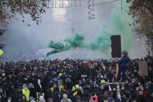 Över hundratusen demonstrerade i Frankrike på lördagen för pressfrihet och mot ett lagförslag som begränsar spridande av bilder på poliser tjänst.