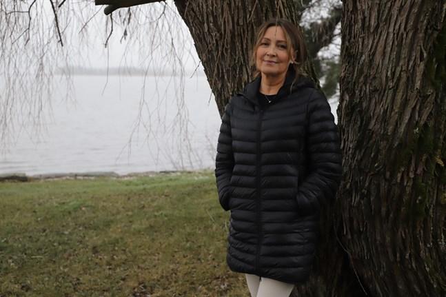 Karperöfjärden ligger stilla utanför villa Ekola där Annette Salonen bor tillsammans med sin man Klaus Salonen. Nu öppnar hon en retreat för att dela med sig av lugnet.