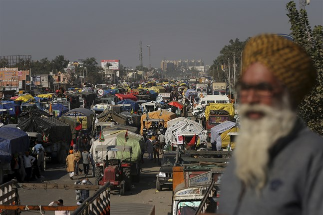 Fordon av många slag står på en av de viktigaste vägarna mot Delhi. Bild från fredagen.