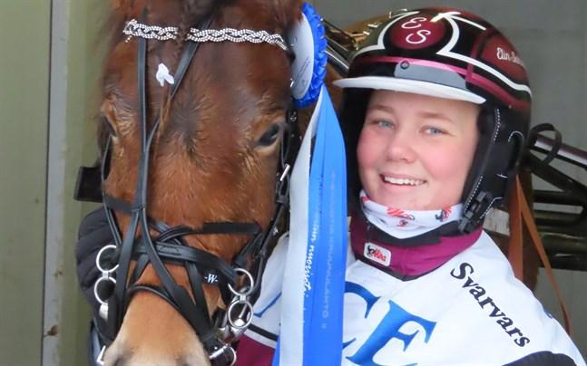 Elin Sahlstén från Jakobstad med sin fyraåriga ponny P.H Hurtiga Harpan.