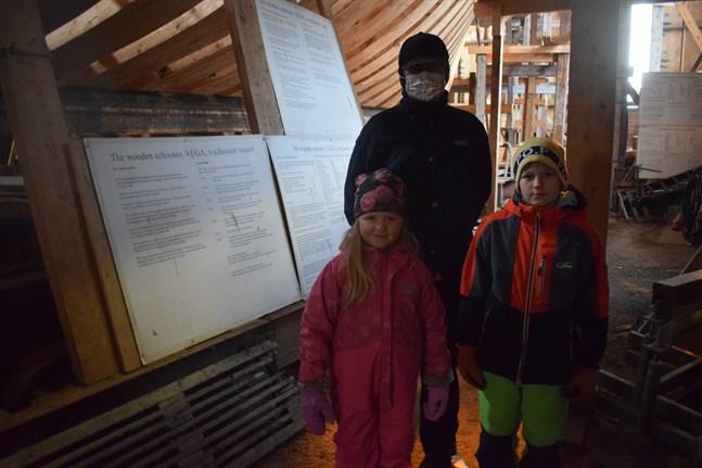 Karl-Henrik Björkman har besök av barnbarnen Emilia Björkman, sex år och Erik Björkman, nio år, från Öja. De passade på att titta på Vega.