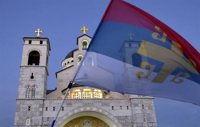 En gammaldags serbisk flagga vid en serbisk ortodox kyrka i Montenegros huvudstad Podgorica. Arkivbild.