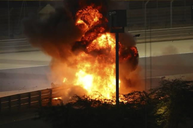 Romain Grosjean klarade livhanken efter våldsam krasch i formel 1-loppet i Bahrain.