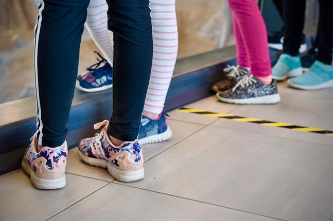 Alla skolbarn som kan ha exponerats för coronaviruset kommer att sättas i karantän, enligt Helsingfors stad.
