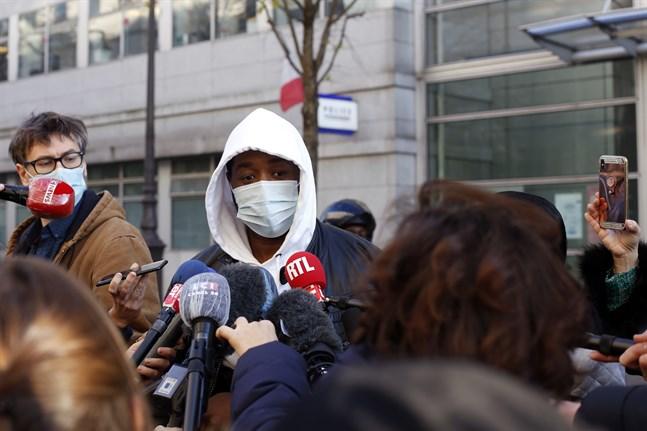 Fyra poliser utreds för brotten efter misshandeln av Michel Zecler, som under torsdagen intervjuades utanför sjukhuset där han vårdats. Händelsen har utlöst stora protester i Frankrike.