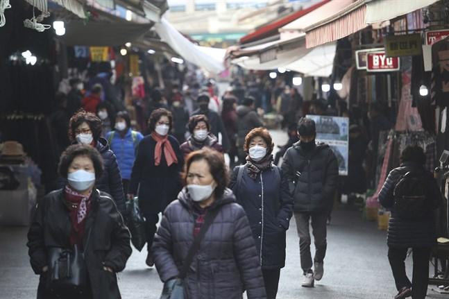 Människor i huvudstaden Seoul iförda skyddsmask mot coronaviruset som ökar i Sydkorea igen.