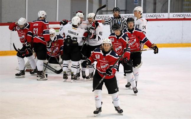 IFK Lepplax mötte KoMu den 29 november och om ordförande Kenneth Finholm och klubbledningen får som den önskar så blir det lagets sista match i tvåan den här säsongen.