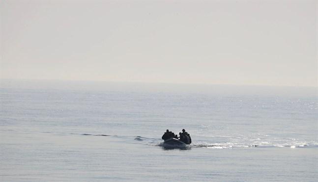 Flera personer anländer till stranden i den brittiska staden Kingsdown i en uppblåsbar båt. Arkivbild.