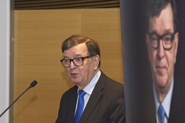 Paavo Väyrynen är ordförande för Centerns svenska distrikt och nu är han åter med i partistyrelsen.