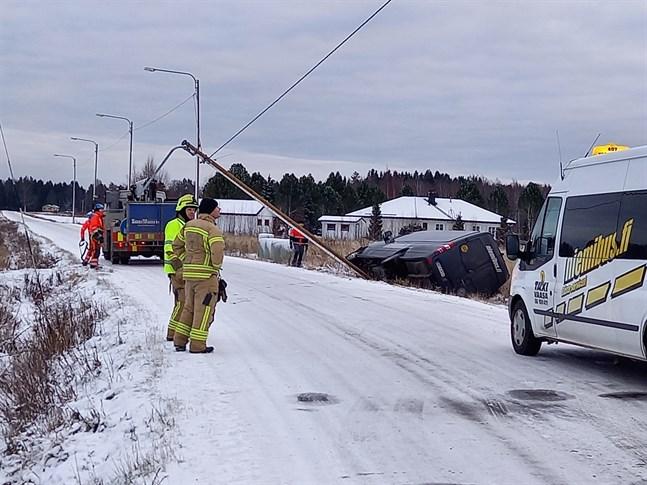 Vid 14-tiden var bärgningsbilen på plats på Veikarsvägen. Ingen skadades i olyckan, men skoltaxin drog ner en lyktstolpe i farten.