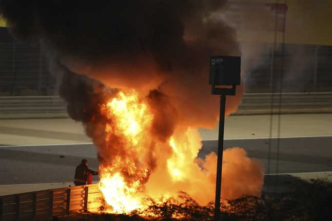 Romain Grosjeans bil fattade eld efter söndagens krasch i Bahrains GP.