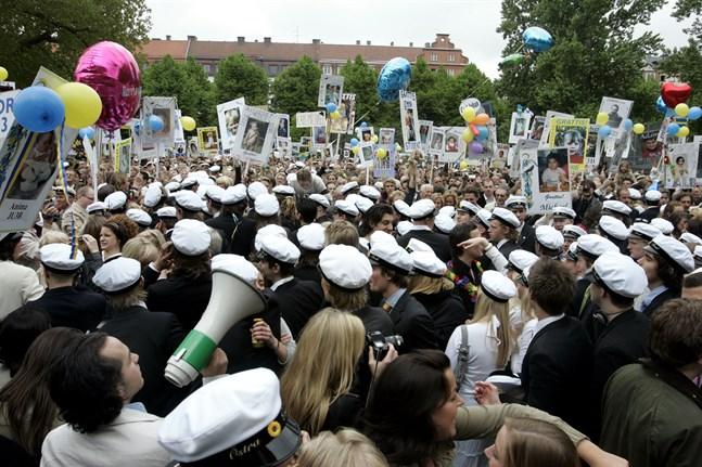Gymnasieelever i Östersund misstänks vilja bli smittade av coronaviruset för att kunna fira studenten. Arkivbild.