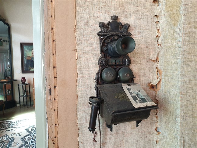 Det finns undersökningar som visar att många yngre idag rent av ogillar att prata i telefonen, som för många är en digital apparat som används för allt annat än samtal, skriver Steven Frostdahl. Bilden visar en fast telefon, modell äldre, i Carlsro museum i Kristinestad.