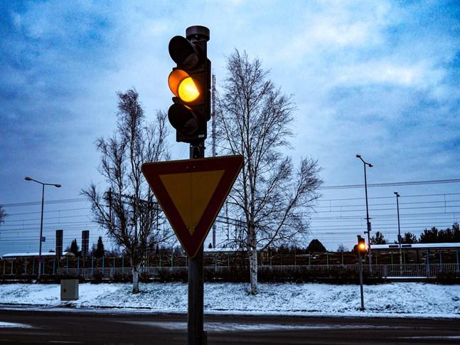 Trafikljus i korsningen Järnvägsgatan - Ristrandsgatan i Karleby centrum.