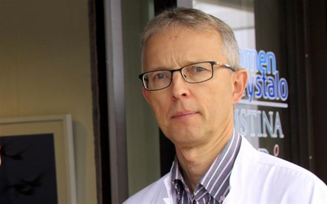 Tom Lövdahl konstaterar att cirka hundra personer är i karantän i Närpes.