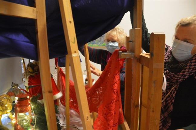 Marianne Sjöblom, till vänster, och Stina Engvall kontrollerar att allt är på rätt plats i Spectras julfönster som öppnas på tisdagen.
