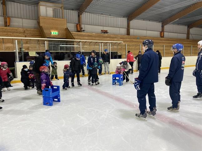 Robert Salo och Niclas Pada höll i trådarna för Krafts skridsko- och hockeyskola som körde igång på söndagen.