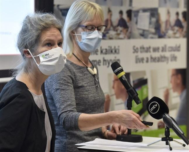 Överläkare Hanna Nohynek (till vänster) från Institutet för hälsa och välfärd och direktör Marjo-Riitta Helle från läkemedelsverket Fimea informerade om utvecklingen av coronavacciner på tisdagen.