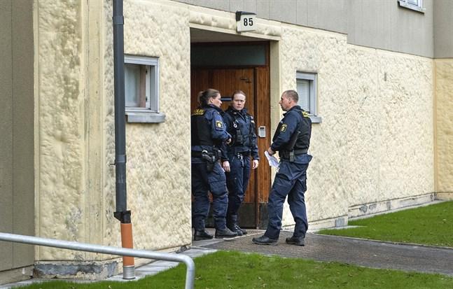 En kvinna i 70-årsåldern misstänks ha hållit sin son inspärrad i en lägenhet i Haninge kommun, där polisen nu undersöker brottsplatsen.