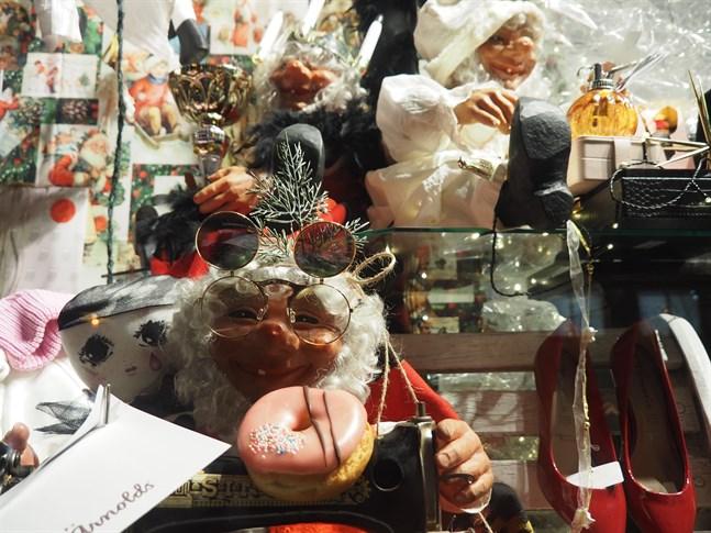 Flera glada tomtegubbar hittar man i köpcentret Chydenias julfönster som kan beskådas vid huvudingången dygnet runt på Fabriksgatan.