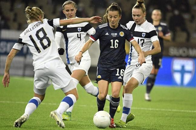 Linda Sällström, Ria Öling och Sanni Franssi fick fira efter ett sent avgörande mot Christie Murrays Skottland. Bilden är från Finlands hemmamatch mot Skottland i oktober.