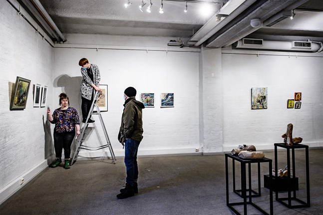 Alexandra Sandbäck, Alexandra Harald och Eva-Stina Byggmästar jobbar med att hänga utställningen.
