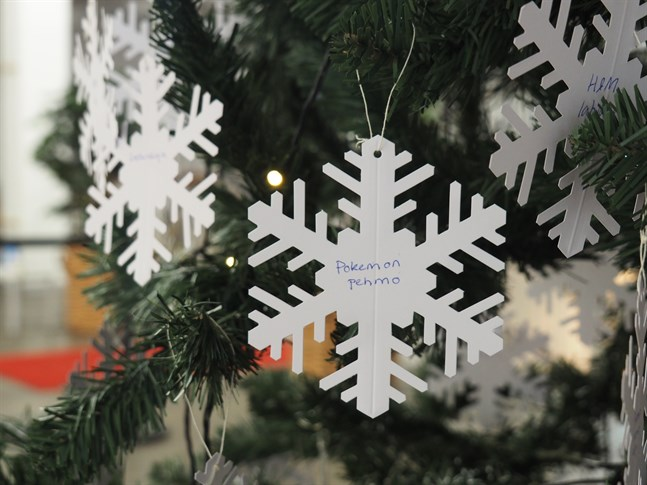 Mindre bemedlade barn har fått sina julklappsönskningar skrivna på snöflingor som hängts upp i en julgran i köpcentret Chydenia.