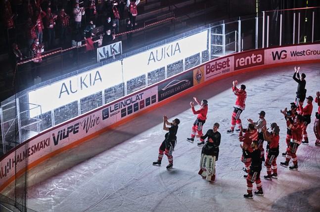 Klacken på Sundom stå stod kvar och sjöng länge efter matchen och laget återvände ut på isen för att vara med i firandet.