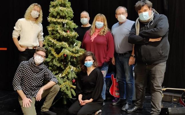 Den stora julkonsertens ensemble befinner sig på Norrvalla i Vörå där man dragit igång förberedelserna inför konserten. Men så kom beskedet som satte punkt för hela turnén.