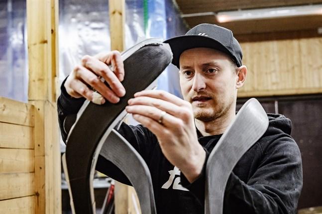 Hockeyklubborna ska följa vissa standardmått. Men bladvinkeln kan variera en del. Nu i prototypstadiet satsar Filip Lund med kollega på att göra en klubba som har den mest populära bladvinkeln.