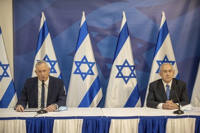 Israels premiärminister Benjamin Netanyahu, till höger, och försvarsminister Benny Gantz under en presskonferens i Tel Aviv i juli.