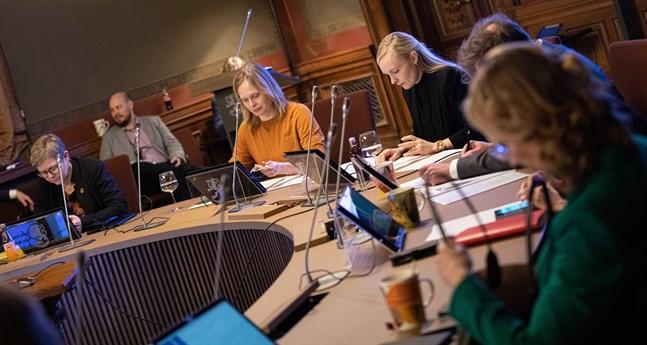 Regeringen ska diskutera coronaläget och införskaffandet av coronavaccin i Ständerhuset i Helsingfors i kväll.