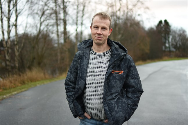 Anders Vesterberg har mätt vattenståndet i Övermark i snart 30 år. Nu mäter han också snödjupet när det är vinter.